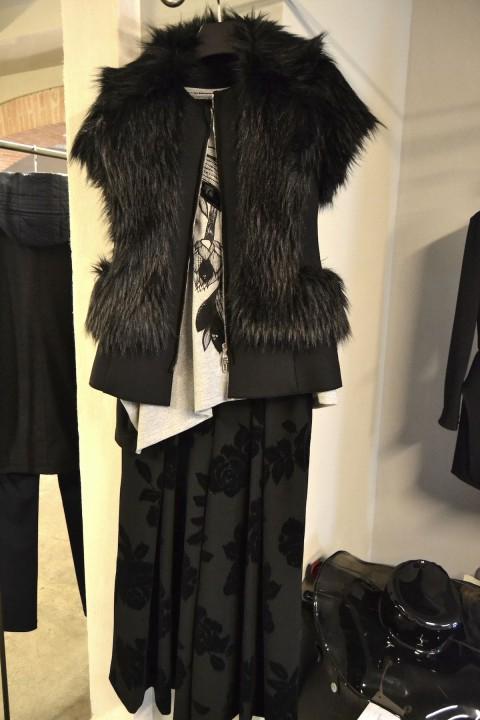 lenastore-bergamo-lombardia-lenafshion-look27-gilet-pelliccia-costume-national-maglia-e-pantalone-antonio-marras